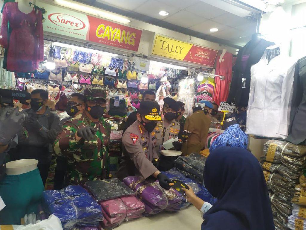 Cek Prokes di Pasar Tanah Abang, Kapolri-Panglima TNI Beri Masker ke Pedagang