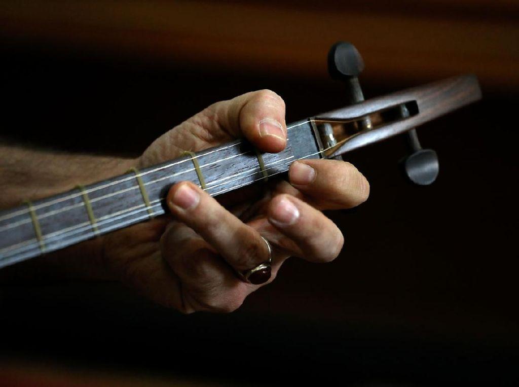 Melihat Lebih Dekat Pembuatan Alat Musik Tradisional Iran