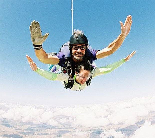 Pacu adrenaline Aries dengan melakukan sky diving.