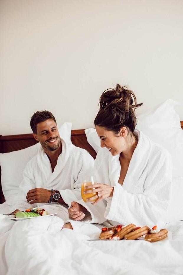 Pesan hotel atau villa untuk staycation di hari spesial mereka.