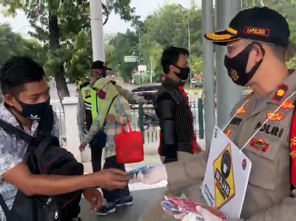 Cegah Penularan Corona, Polisi Bagikan 1.200 Masker di Pulogadung Jaktim