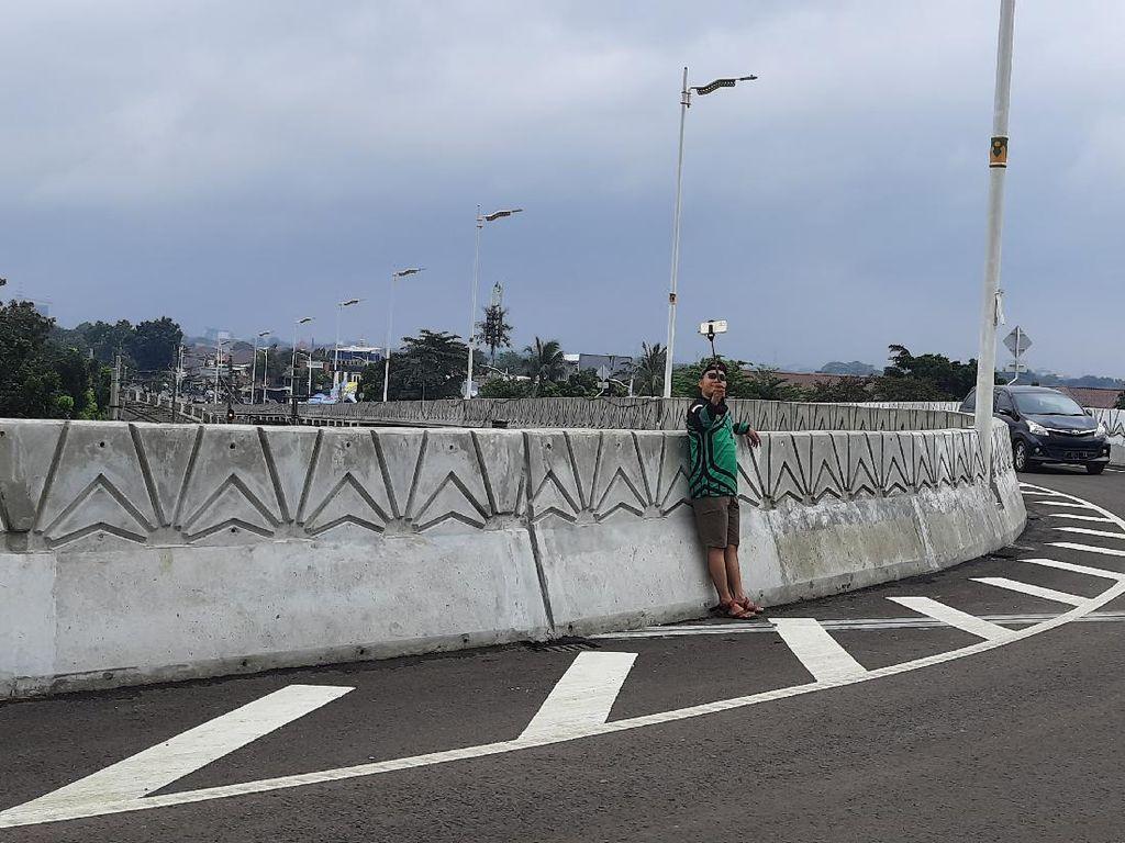 Warga Selfie di Flyover Tapal Kuda, Pemkot Jaksel: Nantinya di JPO