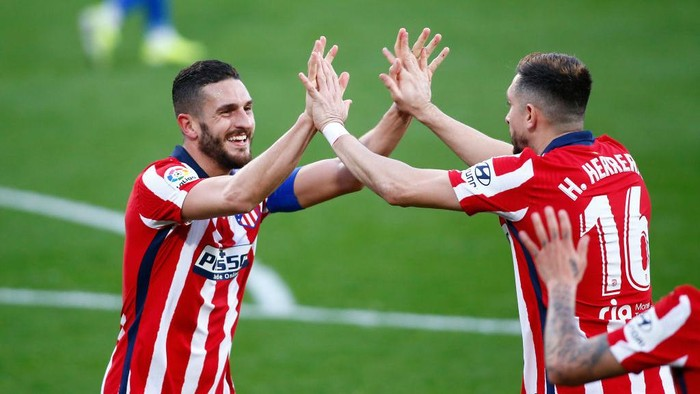 CADIZ, SPAIN - JANUARY 31: Koke of Atletico de Madrid celebrates with team mate Hector Herrera after scoring their sides fourth goal during the La Liga Santander match between Cadiz CF and Atletico de Madrid at Estadio Ramon de Carranza on January 31, 2021 in Cadiz, Spain. Sporting stadiums around Spain remain under strict restrictions due to the Coronavirus Pandemic as Government social distancing laws prohibit fans inside venues resulting in games being played behind closed doors. (Photo by Fran Santiago/Getty Images)
