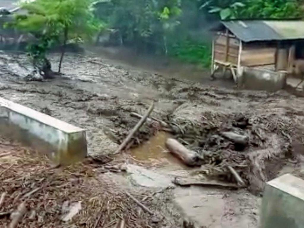 Bondowoso Diterjang Banjir, Puluhan Kandang Ternak Hanyut