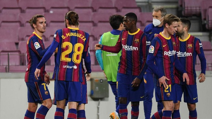 BARCELONA, SPAIN - JANUARY 31: Antoine Griezmann of Barcelona (L) celebrates with teammates after scoring their teams second goal during the La Liga Santander match between FC Barcelona and Athletic Club at Camp Nou on January 31, 2021 in Barcelona, Spain. Sporting stadiums around Spain remain under strict restrictions due to the Coronavirus Pandemic as Government social distancing laws prohibit fans inside venues resulting in games being played behind closed doors. (Photo by Alex Caparros/Getty Images)