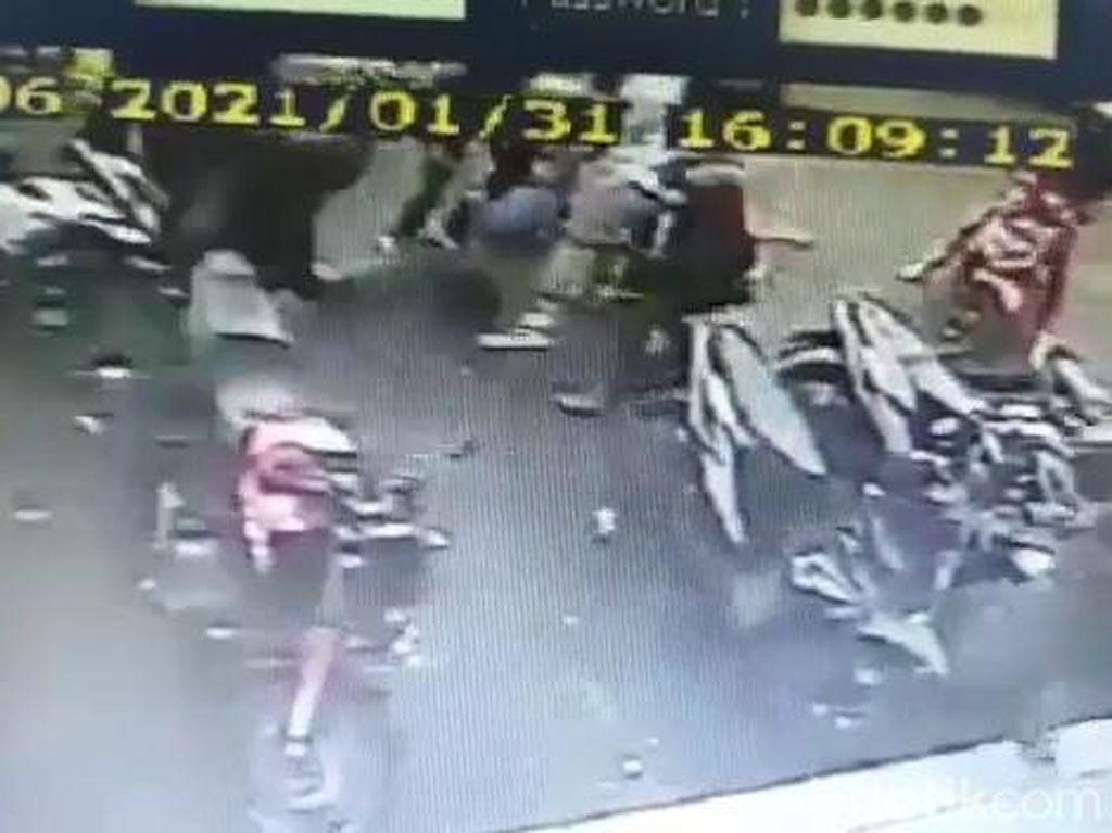 Sadis! Geng Motor Keroyok-Bacok Seorang Pemuda di Cianjur