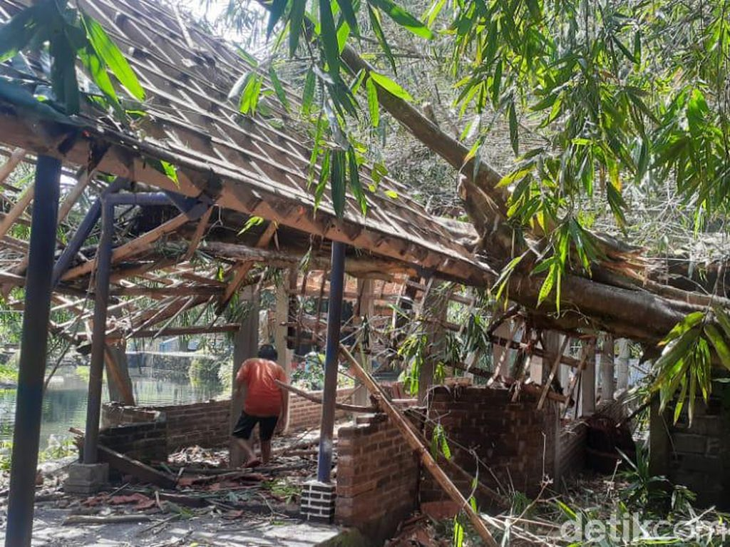 Diterjang Hujan-Angin Kencang, Objek Wisata Blue Lagoon Porak Poranda