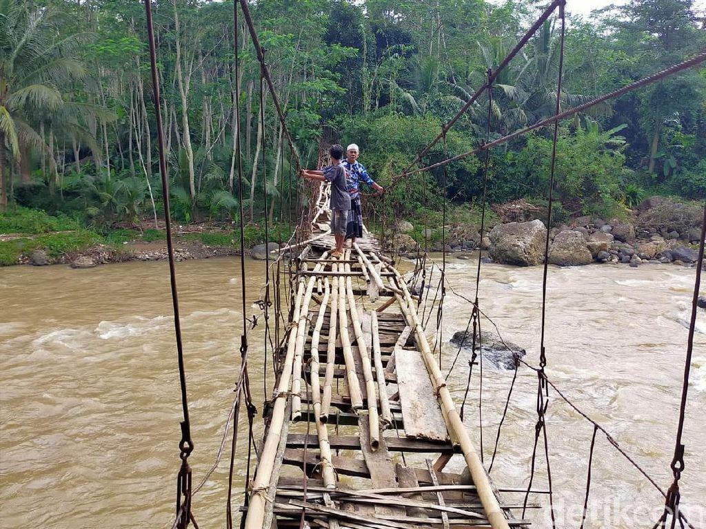 Rusak Parah, Jembatan Penghubung Garut-Tasik Tak Kunjung Diperbaiki