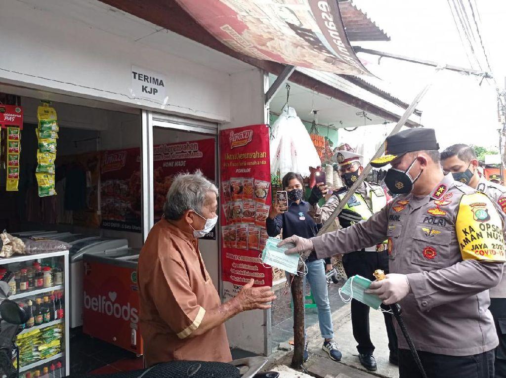 Sidak ke Zona Merah COVID di Pancoran, Kapolda Metro Bagikan Masker