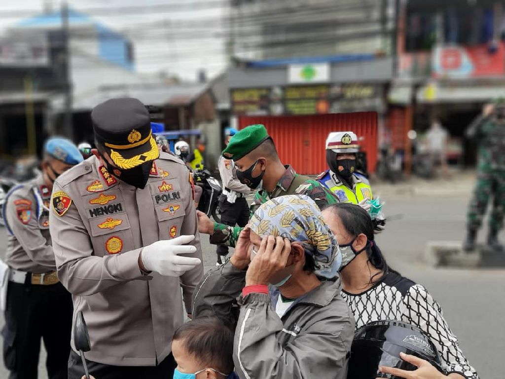 Polisi Bagi-bagi Masker di Jakpus, Pemotor Panik Mengira Ada Razia
