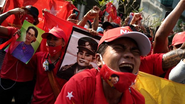 NLD supporters shout slogans in front of the Myanmar embassy during a rally after the military seized power from a democratically elected civilian government and arrested its leader Aung San Suu Kyi, in Bangkok, Thailand February 1, 2021. REUTERS/Athit Perawongmetha
