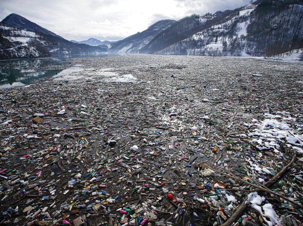 Lautan Sampah Padati Danau di Serbia
