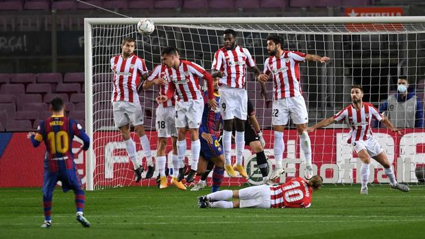BARCELONA, SPAIN - JANUARY 31: Lionel Messi of Barcelona scores their side's first goal from a free kick during the La Liga Santander match between FC Barcelona and Athletic Club at Camp Nou on January 31, 2021 in Barcelona, Spain. Sporting stadiums around Spain remain under strict restrictions due to the Coronavirus Pandemic as Government social distancing laws prohibit fans inside venues resulting in games being played behind closed doors. (Photo by Alex Caparros/Getty Images)