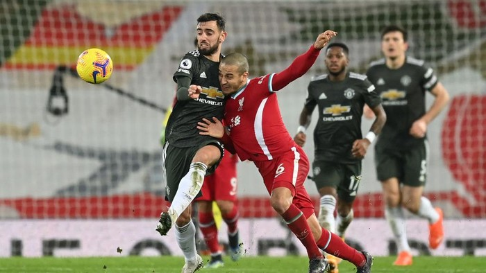 LIVERPOOL, ENGLAND - JANUARY 17: Thiago of Liverpool challenges for the ball with Bruno Fernandes of Manchester United during the Premier League match between Liverpool and Manchester United at Anfield on January 17, 2021 in Liverpool, England. Sporting stadiums around England remain under strict restrictions due to the Coronavirus Pandemic as Government social distancing laws prohibit fans inside venues resulting in games being played behind closed doors. (Photo by Michael Regan/Getty Images)