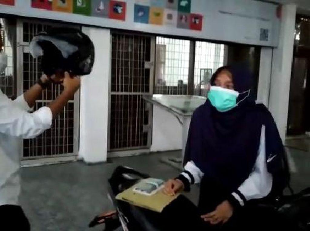 Buah Perjuangan Mahasiswi Yatim-Piatu di USU: Lulus-Dapat Motor dari Rektor