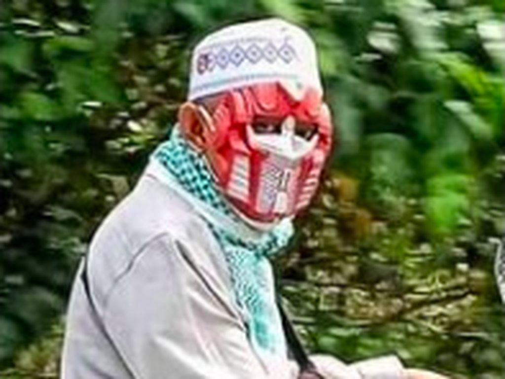 Aduh, Pak Haji Gak Pake Helm Malah Pakai Topeng Iron Man