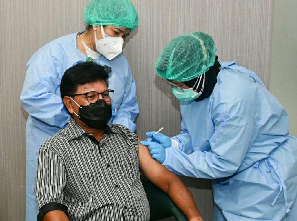 Menkominfo Disuntik Vaksin COVID-19 ke-2, Tak Ada Efek Samping Sama Sekali