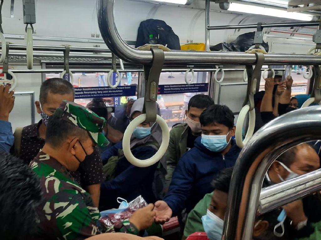 Sidak ke HI, Pangdam Jaya Bagi-bagi Masker ke Warga di Stasiun MRT-KRL