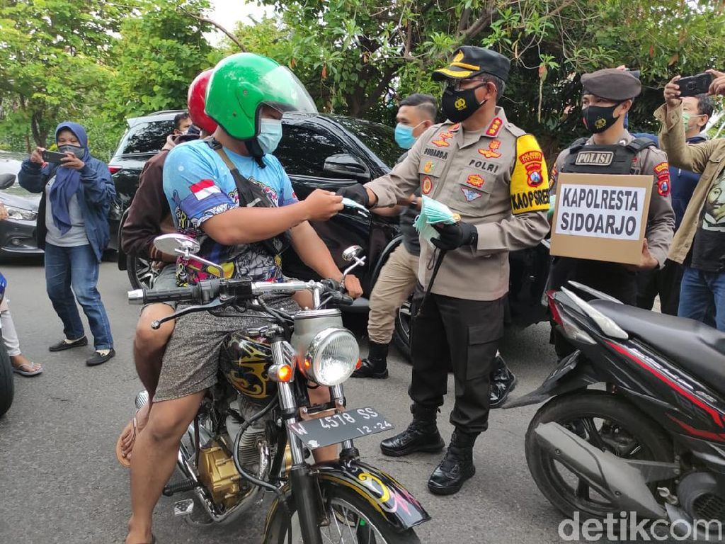 Polisi Bagikan 100 Ribu Masker Selama PPKM Jilid 2 di Sidoarjo