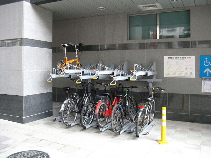 Rak parkir sepeda tingkat. (Creative Commons via Wikimedia Commons)