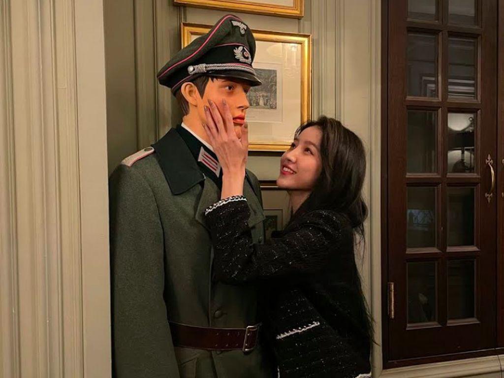Sowon GFRIEND Dikecam, Unggah Foto Mesra dengan Patung Berseragam Nazi