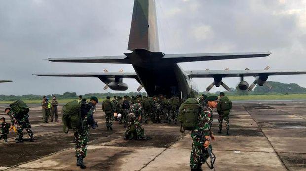450 personel Yonif Para Raider 501/Bajra Yudha (Yonif Para Raider 501/BY) diterbangkan ke Intan Jaya dalam rangka Operasi Pamtas RI-PNG Mobile. Mereka menggantikan Yonif Raider 400/BR yang berakhir masa tugasnya (dok Puspen TNI)