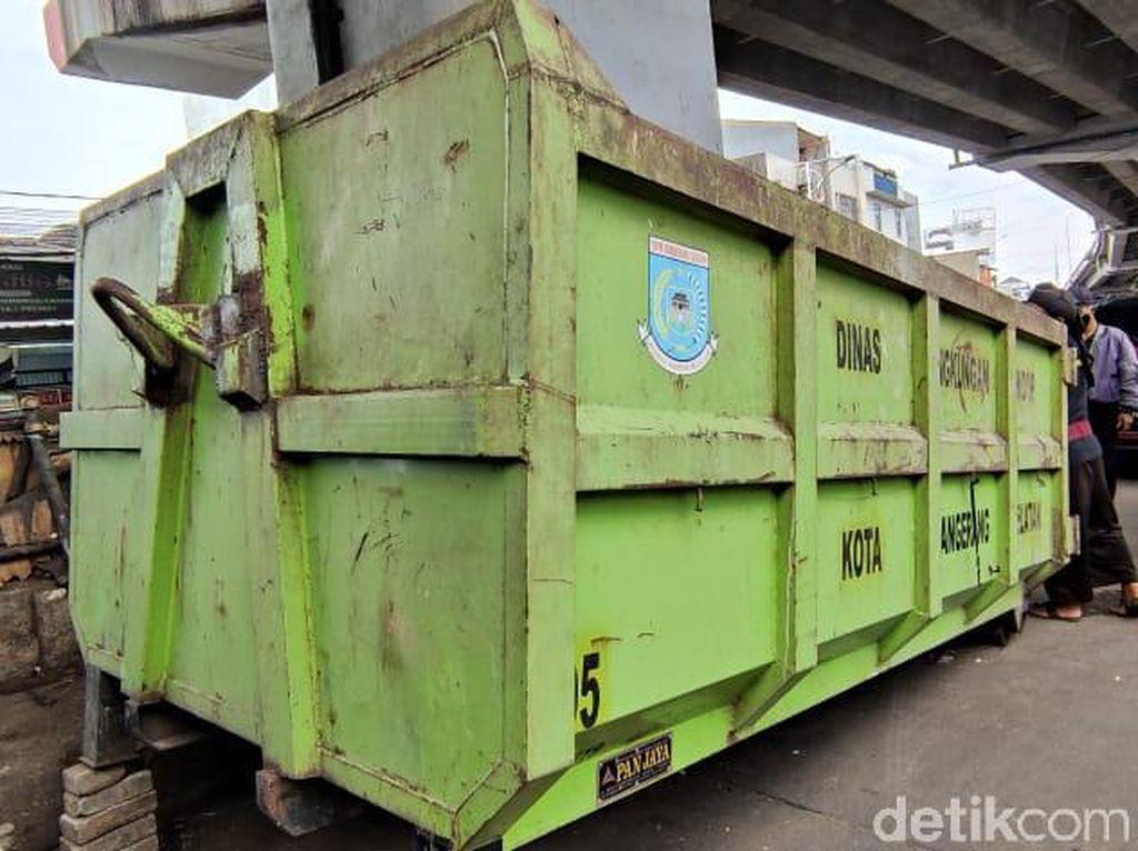 Bak Truk Sampah Disediakan di Flyover Ciputat Khusus untuk Malam Hari