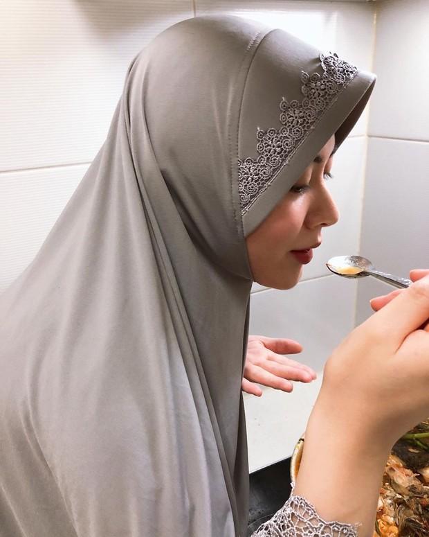 Ayana mengenakan jilbab model bergo yang biasa dikenakan ibu-ibu.