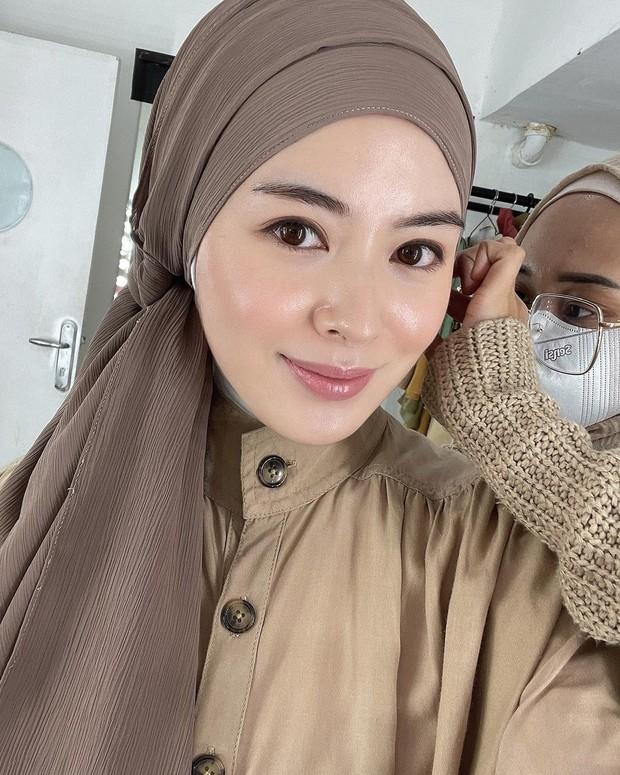 Ayana Moon mengenakan hijab model jadul.