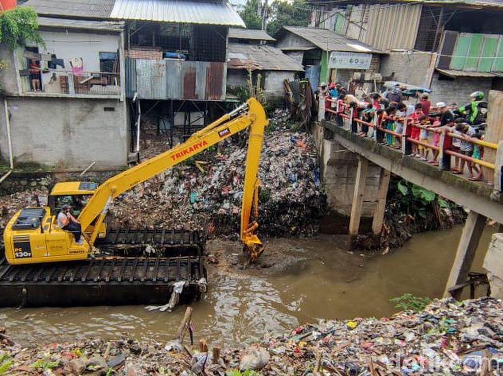Bersihkan-Keruk Kali Sampah Depok, Ekskavator Masuk Tengah Kampung