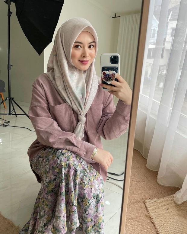 Gaya hijab Ayana ini mengingatkan kita akan guru ngaji ya!