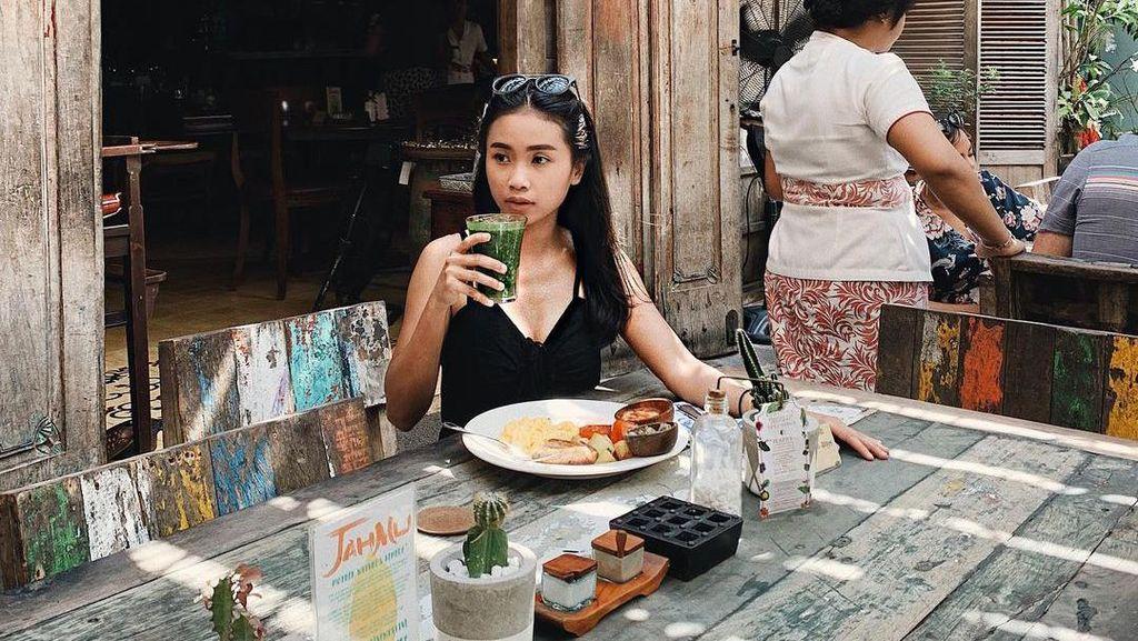 Gaya Stylish ART Ikatan Cinta, Ayya Renita Saat Kulineran
