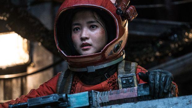 Kapten Jang (Kim Tae-ri) dalam film Space Sweepers dok. Merry Christmas via Netflix.