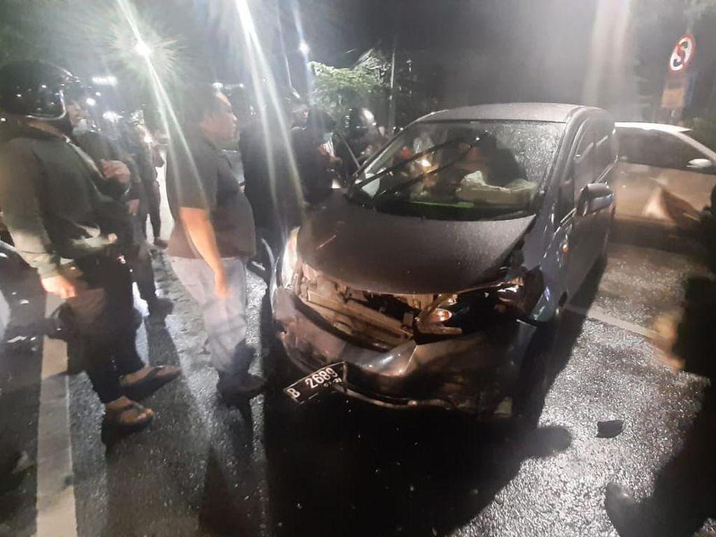 Pengemudi Mabuk, MPV Terobos TL Tabrak Mobil Lain dan 2 Motor di Surabaya