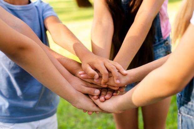 Agar anak lebih mudah bersosialisasi, ajak bergabung ke dalam kegiatan kelompok.