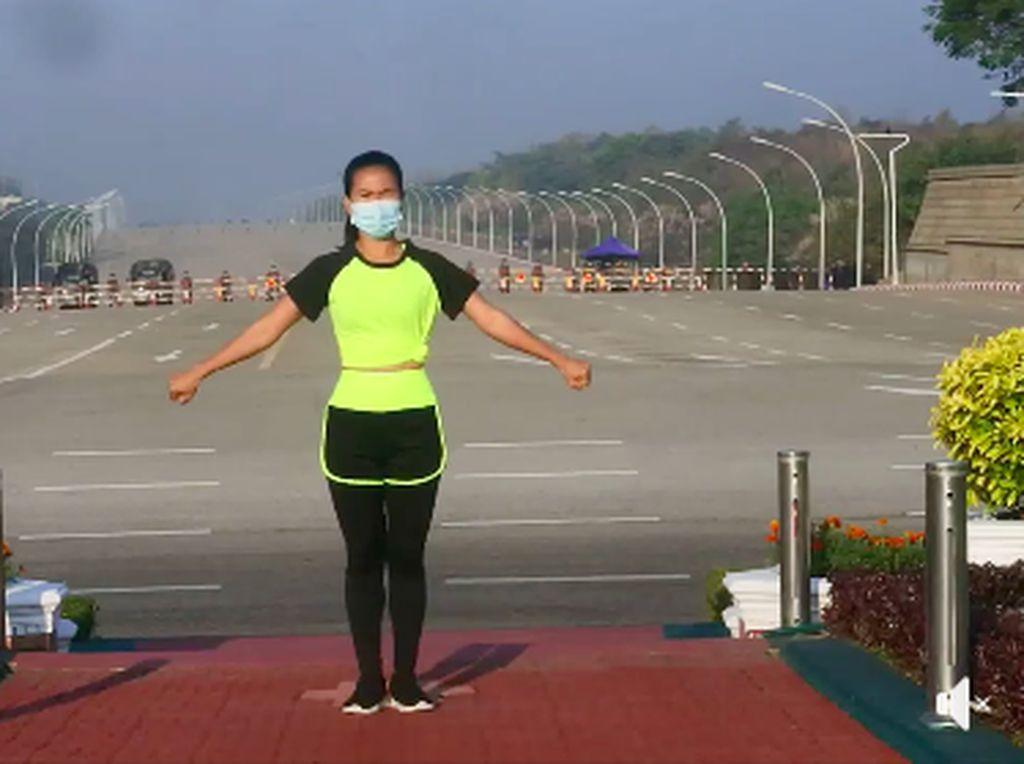 Ampun Bang Jago! Wanita Ini Asyik Aerobik di Tengah Kudeta Militer Myanmar