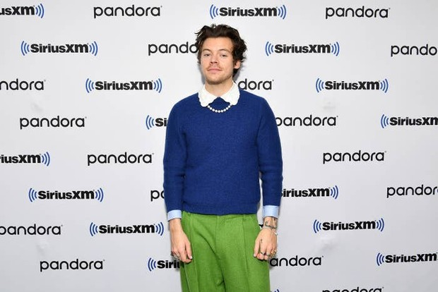 Dia menciptakan fashion yang memasangkan sweater biru tua dengan kemeja scalloped collar dan trousers pants warna hijau.