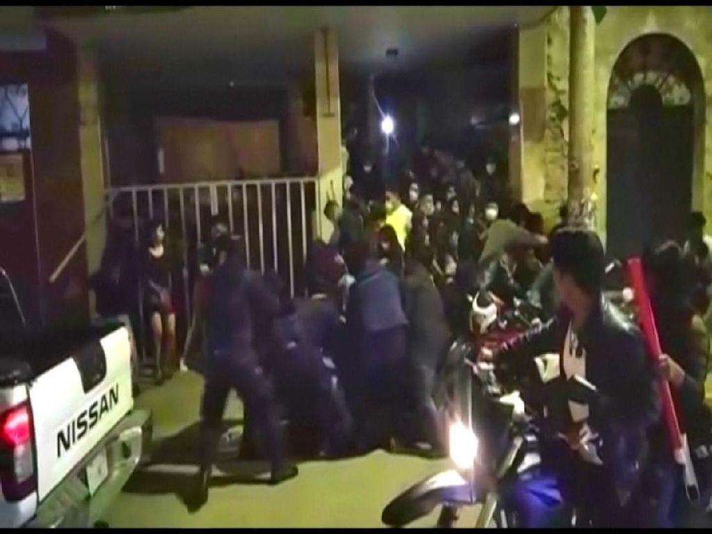 Pengunjung Pesta Terinjak-injak Saat Digerebek Polisi di Bolivia