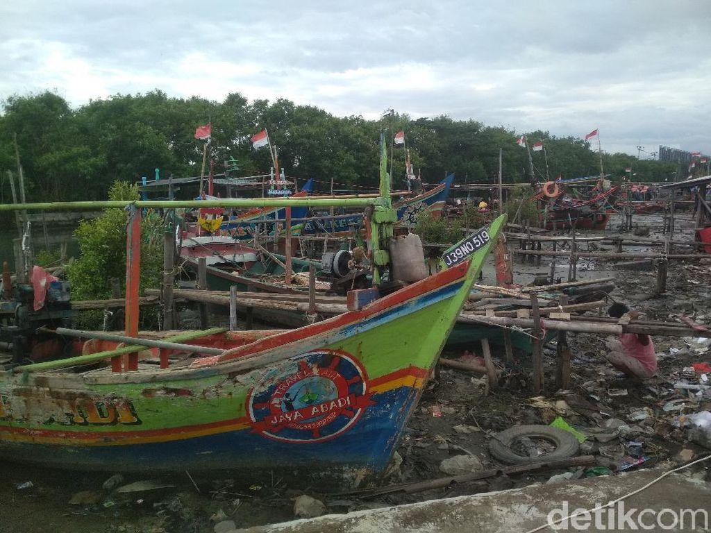 Cuaca Ekstrem, Nelayan Cirebon Pilih Perbaiki Perahu Ketimbang Melaut