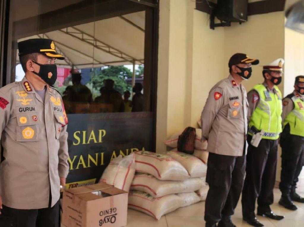 Polres Jakut Bagikan Sembako ke Warga Terdampak COVID di Kelapa Gading