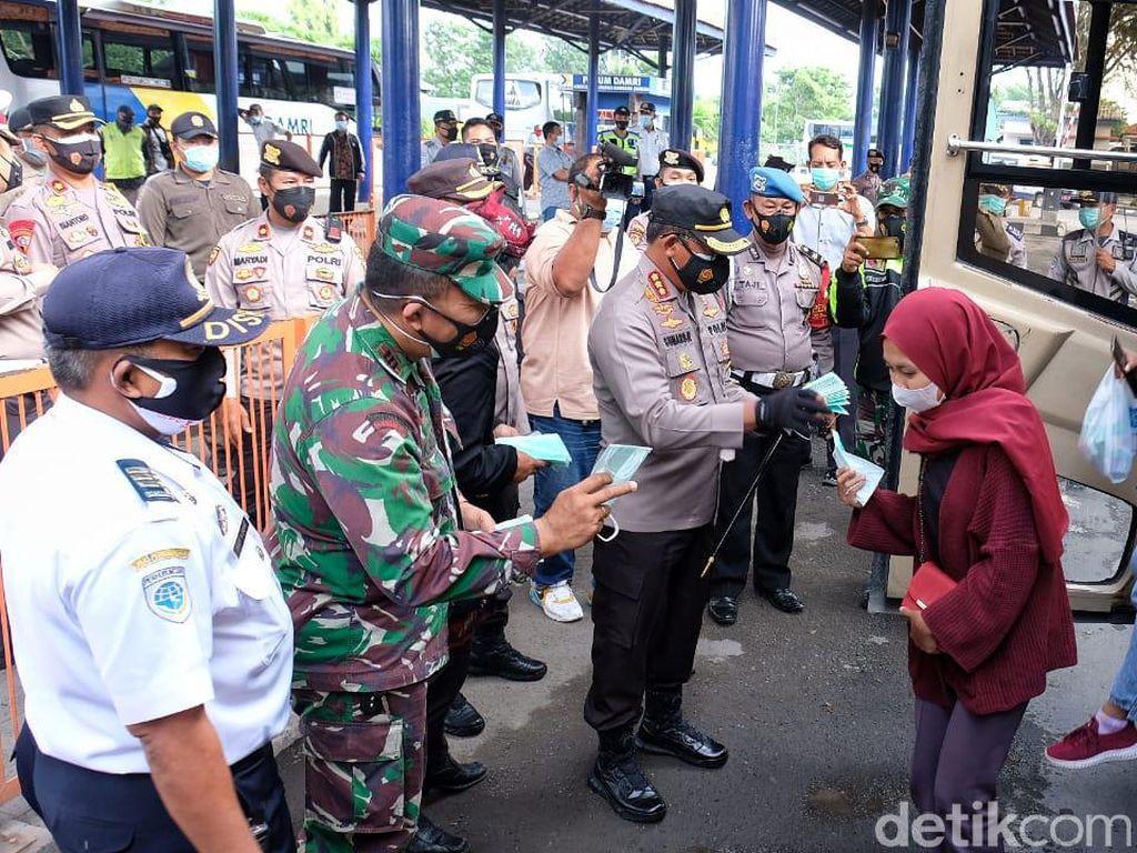 Polisi Bagi-bagi Masker ke Penumpang Bus di Terminal Bungurasih