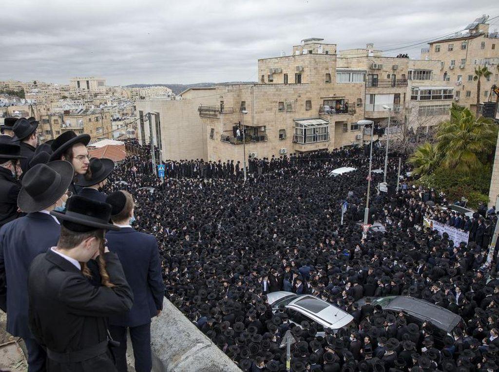 Positif COVID-19, Pemakaman Rabbi Israel Dipadati Ribuan Orang