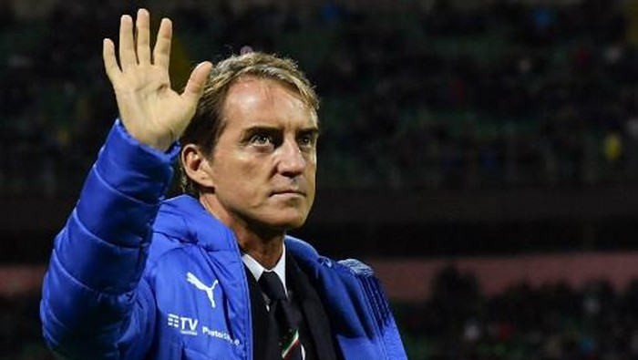Italys coach Roberto Mancini waves prior to the Euro 2020 1st round Group J qualifying football match Italy v Armenia on November 18, 2019 at the Renzo-Barbera stadium in Palermo. (Photo by Andreas SOLARO / AFP)