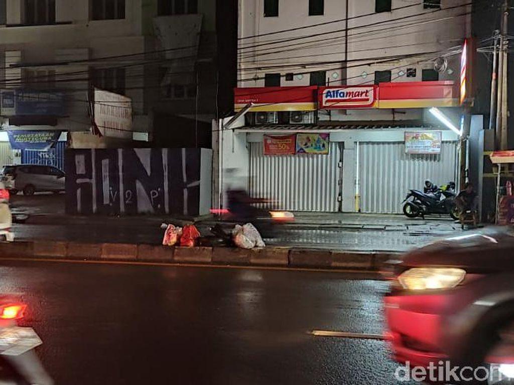 Meski Ada Bak Besar, Masih Saja Orang Nyampah di Tengah Jalan Ciputat