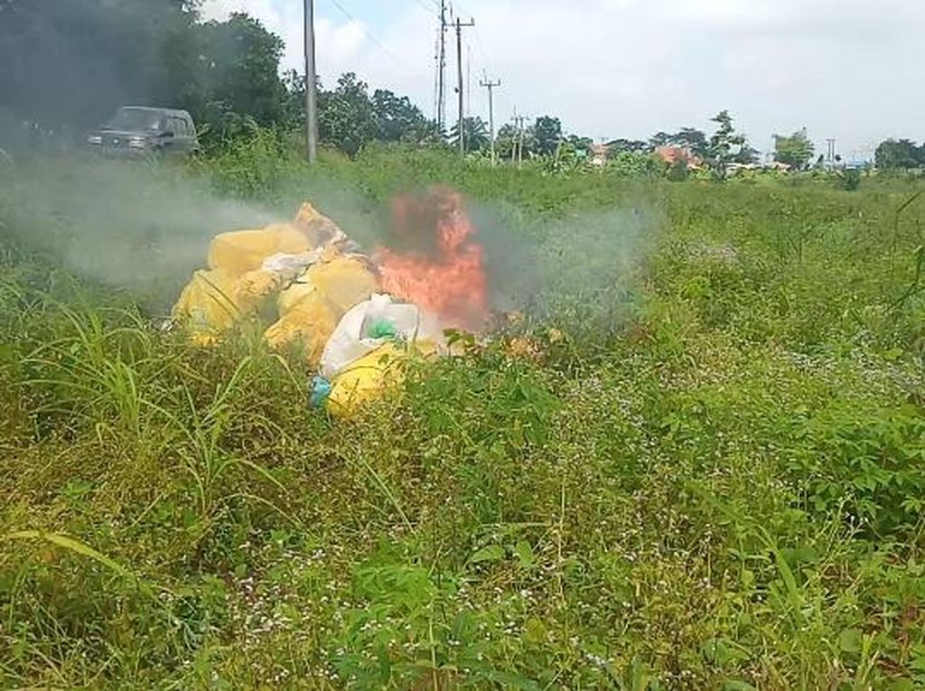 Petugas Bakar 17 Karung Sampah Medis yang Ditemukan di Lahan Kosong