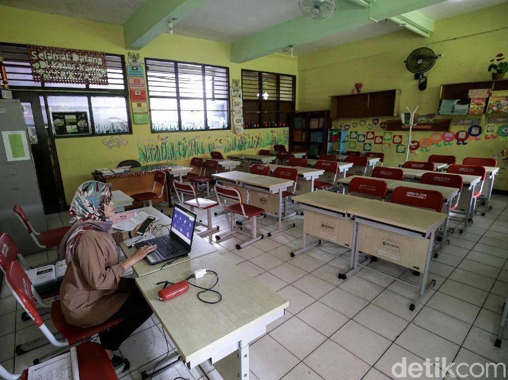 Perjuangan Guru Honorer 24 Tahun Raih Kesejahteraan: Gaji Telat Hingga 10 Bulan