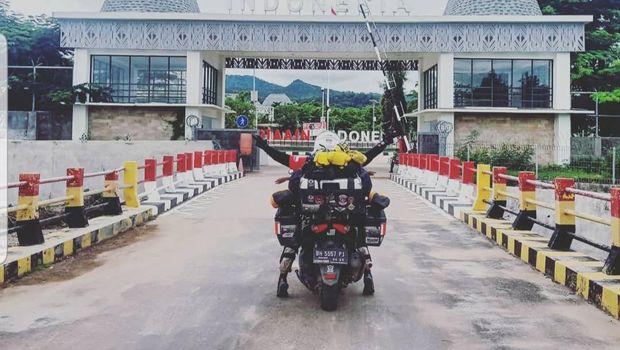 Lilik Gunawan mengajak puteranya, Balda, touring naik Yamaha Nmax dari Jambi ke Timor Leste. Perjalanan sejauh 5 ribu km yang melintasi 12 provinsi dan menyeberangi tujuh pulau ini ditempuh dalam 50 hari.