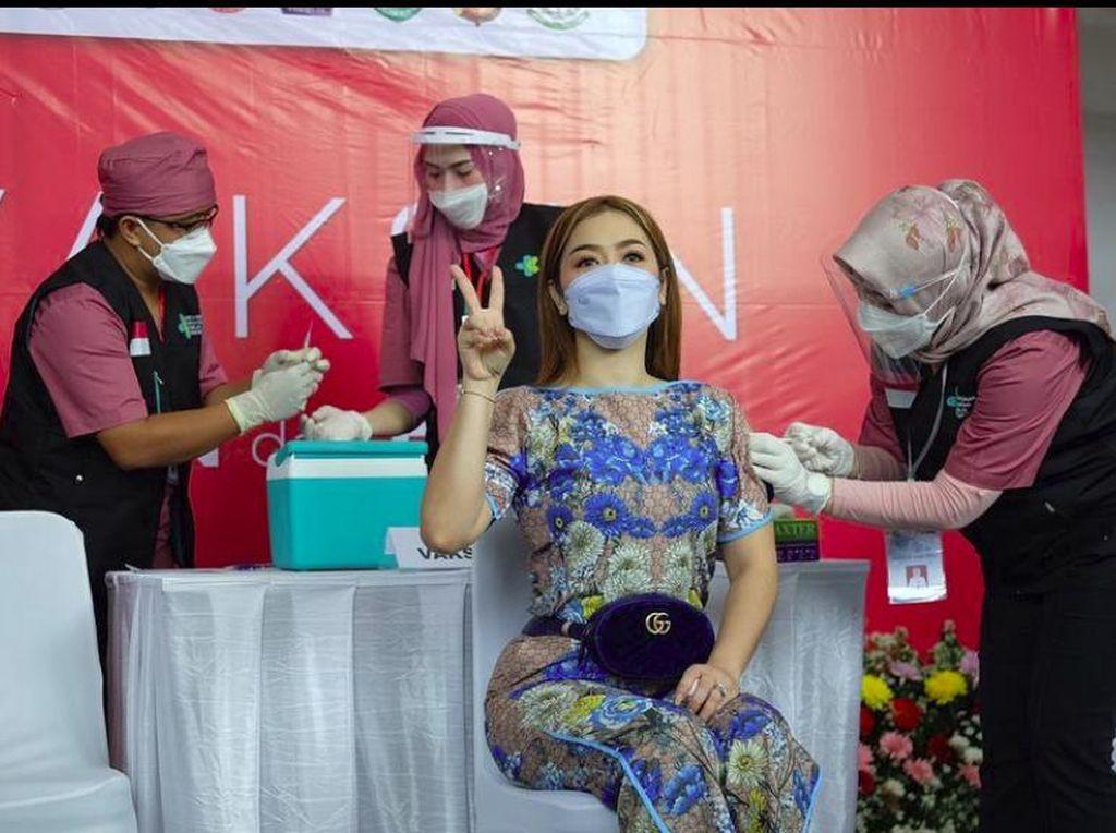 Vega Darwanti Deg-degan Divaksinasi Corona, Serasa Jokowi dan Raffi Ahmad