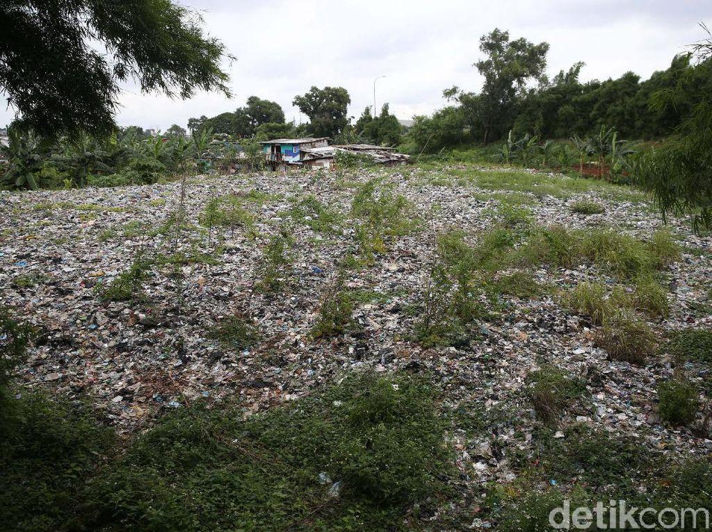 Pemkot Survei Jalur Alat Berat untuk Angkut Sampah Selapangan Bola di Bekasi
