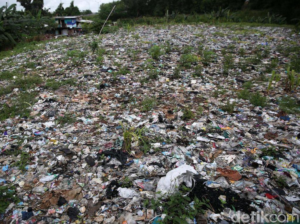 Tunggu Alat Berat, Pembersihan Sampah Selapangan Bola di Bekasi Dihentikan